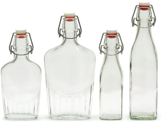 写真左から、フィアスチエッタボトル0.25リットル、0.5リットル、角型のスイングボトル0.25リットル、0.5リットル