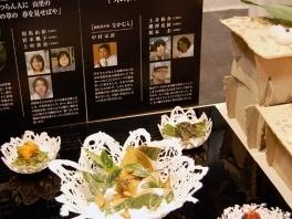 学生が手がけたオリジナル陶器に独創的な料理を盛りつけて展示されていました。