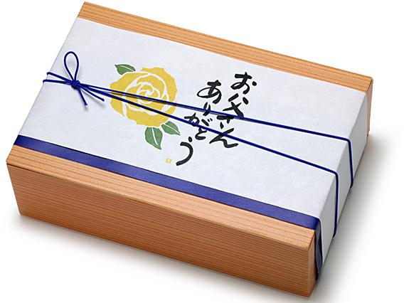 写真:00-12405-701 ユニ折箱KU杉香1合本体 + 00-12405-703 ユニ折箱KU杉香1合蓋 ※掛紙に重ねたブルーの掛紙は参考商品です。