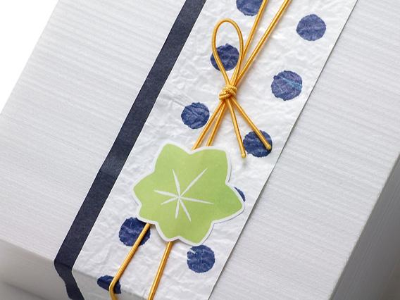 和のかたちシール 青もみじ 大 ※ユニ折箱 KU灰白 4寸、帯紙 豆しぼり、ゴム二重巻松葉結び 彩宝 なたね12cmを使用しています。