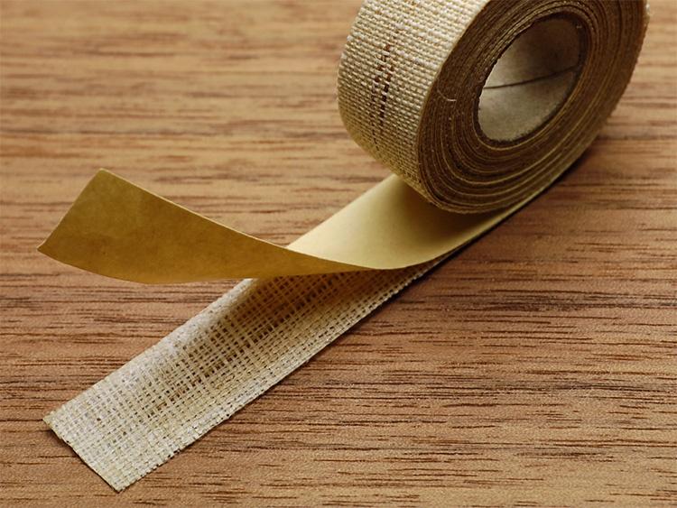 必要な長さをハサミでカットし、はく離紙をはがしてお使いください。