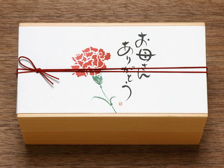 【使用アイテム】00-12410-115 ユニ折箱 長型二段 小 杉香、07-15302-529 掛紙 お母さんありがとう 新、00-17403-526 ゴム二重巻松葉結び 彩宝 からくれない16cm