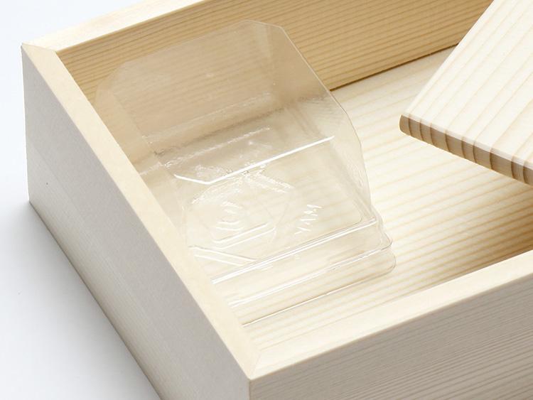 菓子容器 和生1個用 MAK-3 透明 を木箱にセットした状態