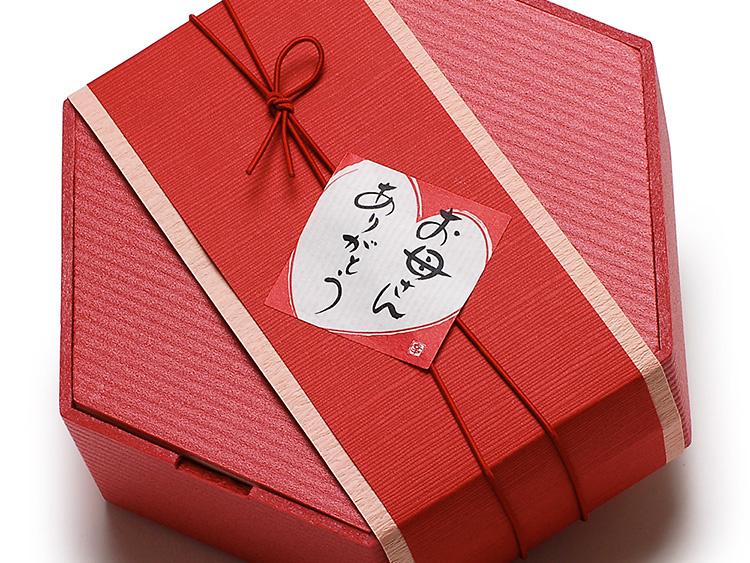 使用折箱:00-12114-352 ユニ折箱 色かさね 六角小 深緋 本体 00-12114-362 ユニ折箱 色かさね 六角小 深緋 蓋 00-17403-526 ゴム二重巻松葉結び 彩宝 からくれない16cm ※帯掛紙は試作品です。