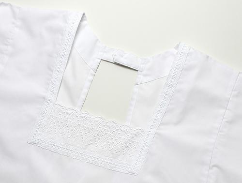 襟は着物に合う繊細で上品なふちどりレースをあしらっています。