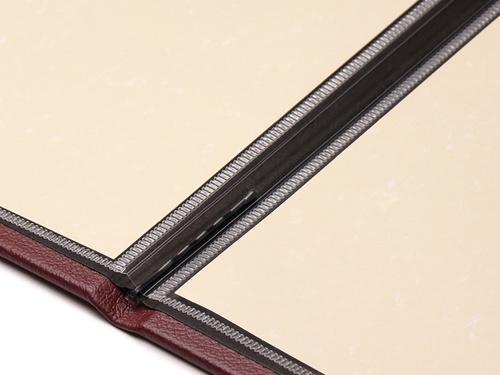 表紙内側の上下2箇所でピンで挟んで固定。