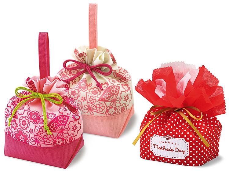 【写真左から】不織布手提げ巾着 桜ふわりローズピンク 、桜ふわりライトピンク、不織布巾着袋 母の日 カーネーション ドット柄