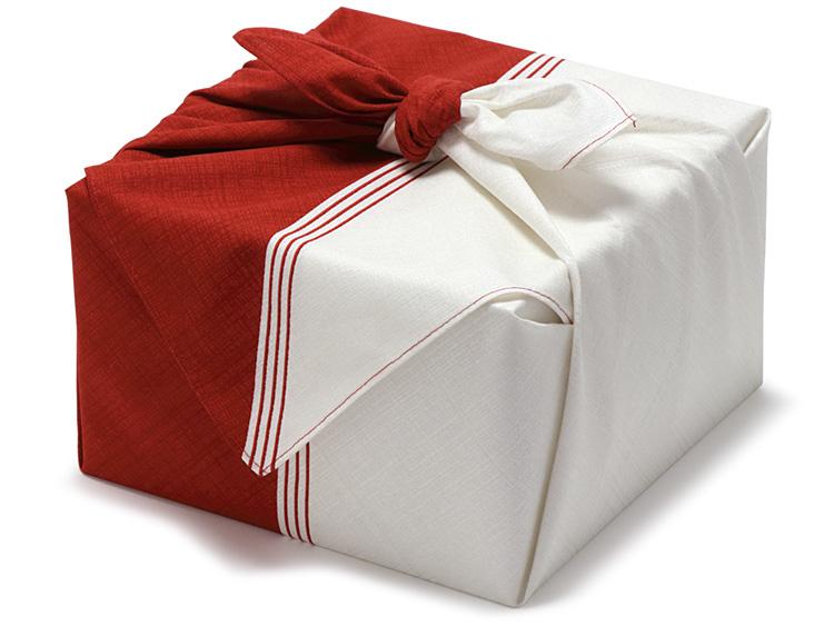 写真は、00-15802-742 紙製おせち重箱 真白印籠 6.5寸 2段セットを包んでいます。