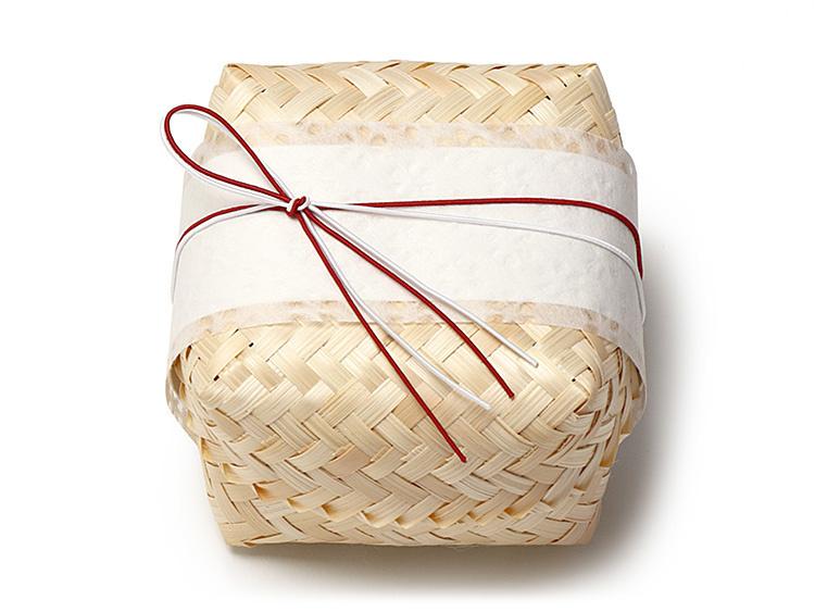 容器:00-14103-441 竹籠 あじろキューブ 生地 小 、掛紙:07-15302-202 落水和紙 帯紙 小梅 を使用しています。