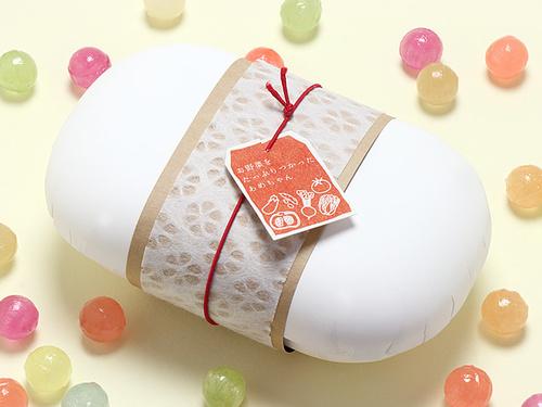 容器:絞りプレス容器まめ、ゴム:一重合せ結びゴム 赤 12cm、帯紙:落水和紙 掛紙 ミニ幅広 小梅を1/3の幅に切って使用しています。ラベルとクラフトの帯紙:試作品です。