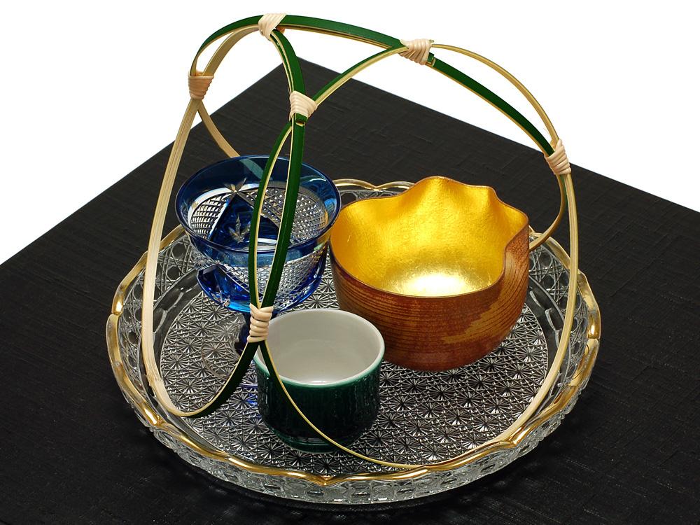 """本格的な夏を迎える6月30日、日本各地の神社では伝統行事""""夏越の祓""""がおこなわれます。その中心になるのが茅の輪くぐりの神事。除災の力を有するとされる茅草の大きな輪をくぐり抜け、半年間の罪・穢れを取り払って、向う半年の無病息災を願うものです。現代のように衛生環境が整っていなかった時代のこと、厄除けの神事は人々の暮らしに大切な役割を果たしていたのでしょう。"""
