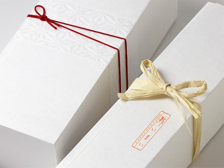 落水和紙 帯紙 麻の葉、彩宝ゴム 二重巻松葉結び からくれない8cmと木製檜紐 檜・経木紐 を使用したラッピングイメージ