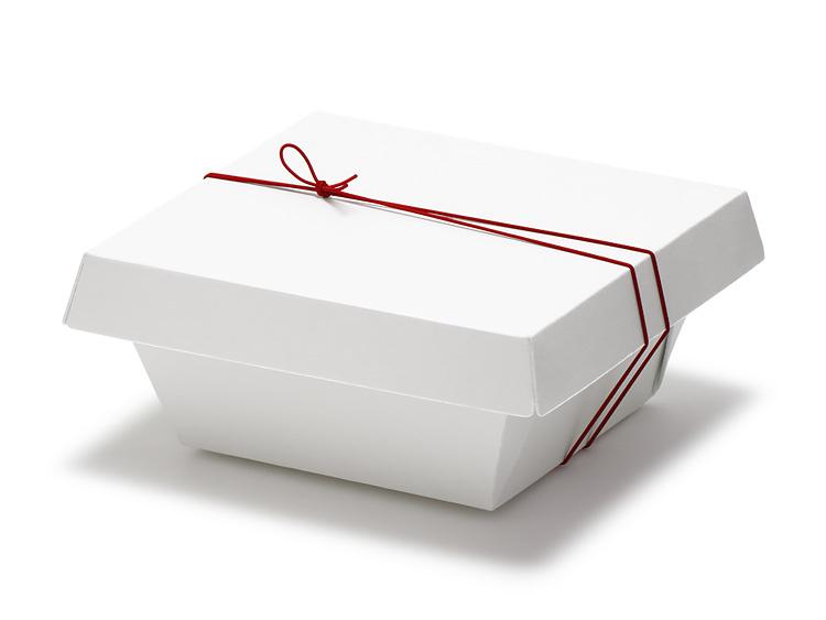 紙のうつわ 至白 丼に、彩宝ゴム 二重巻松葉結び からくれない 16cm を使用した画像